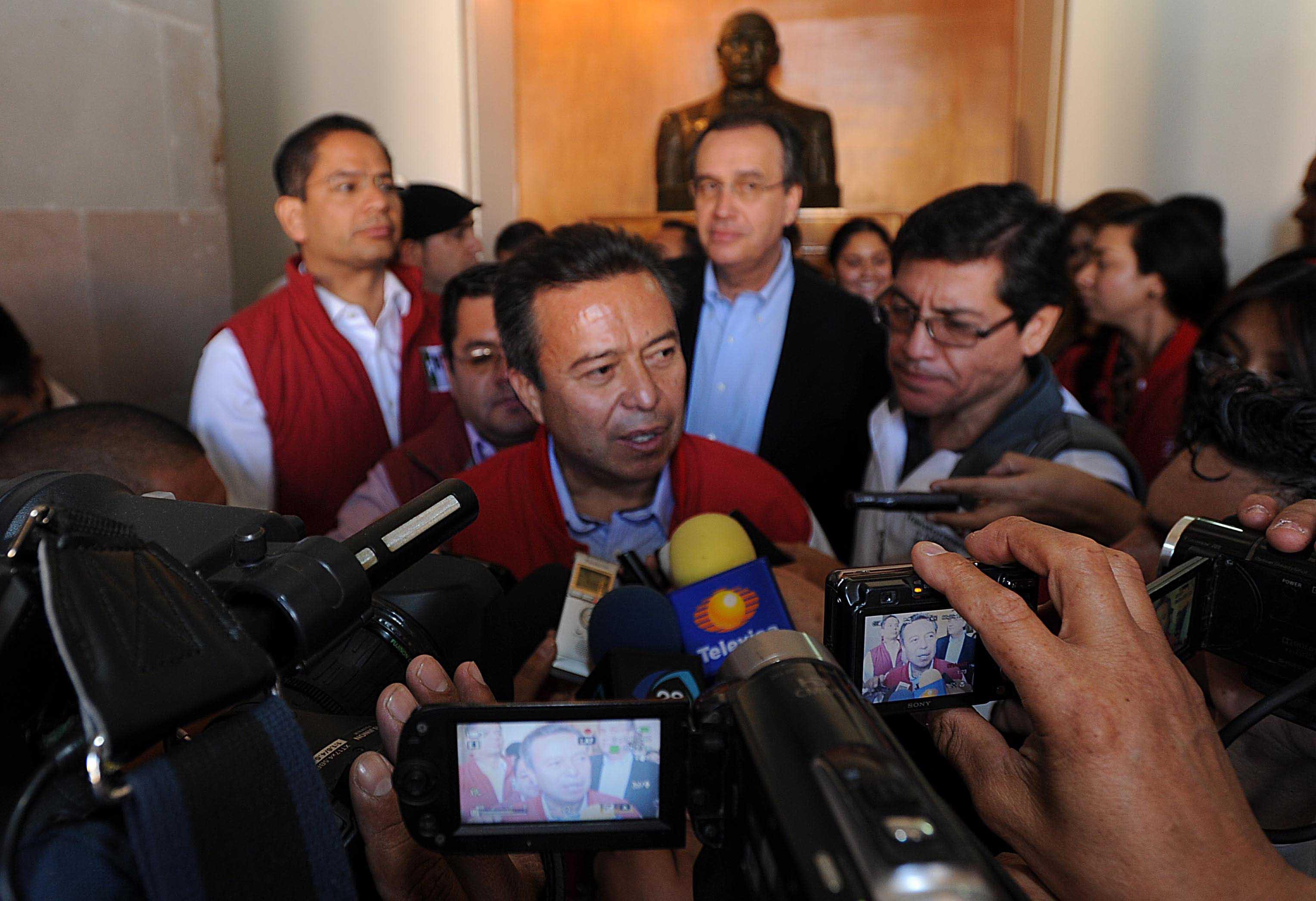 VERSIÓN ESTENOGRÁFICA DE LA ENTREVISTA QUE CONCEDIÓ EL DOCTOR CÉSAR CAMACHO, PRESIDENTE DEL COMITÉ EJECUTIVO NACIONAL DEL PARTIDO REVOLUCIONARIO INSTITUCIONAL, POSTERIOR A LA PRIMERA SESIÓN PRESENCIAL DE LA SEGUNDA GENERACIÓN DE LA ESCUELA NACIONAL DE CUADROS, QUE SE LLEVÓ A CABO EN EL TEATRO DE LA REPÚBLICA.