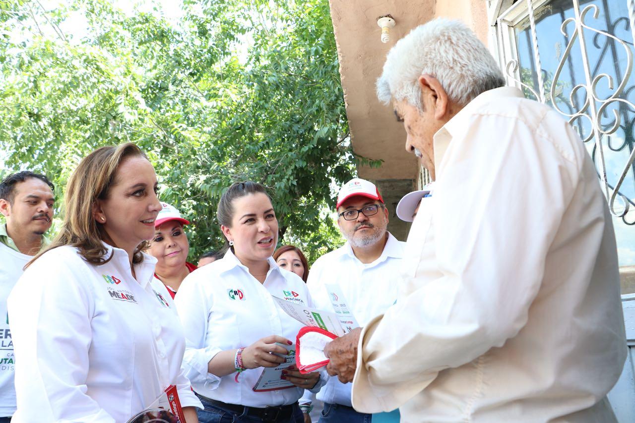 CLAUDIA RUIZ MASSIEU TOCA LAS PUERTAS DE LOS COAHUILENSES DURANTE GIRA POR SALTILLO
