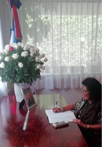 FIRMA DEL LIBRO DE CONDOLENCIAS EN MEMORIA DEL EMBAJADOR DE REPÚBLICA DOMINICANA, EXCMO. SR. ALEJANDRO GONZÁLEZ PONS.